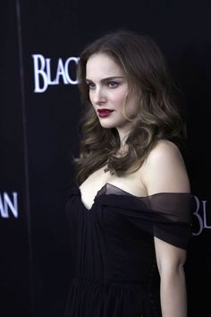 "Natalie Portman at the ""Black Swan"" Premiere, New York City (November Natalie Portman Black Swan, Beautiful Natalie Portman, Natalie Portman Hot, Natalie Portman Movies, Hollywood Celebrities, Hollywood Actresses, Hot Actresses, Natile Portman, Natalie Dormer"