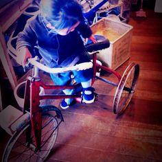 古い三輪車。ブレーキあるな。かっこいい。