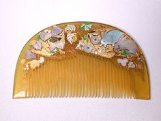 Bekko kushi comb with inlaid mother-of-pearl and gold and coloured enamel. Very delicate motifs of rabbits, leaves and flowers. Era Meiji, Creative Money Gifts, Art Deco Hair, Vintage Hair Combs, Barrettes, Hat Hairstyles, Hair Ornaments, Hair Jewelry, Hair Pins