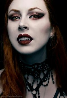Der Vampir Female Vampire, Gothic Vampire, Vampire Art, Vampire Fangs, Hot Vampires, Vampires And Werewolves, Goth Beauty, Dark Beauty, Zombies