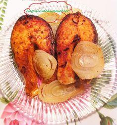 Fırında Somon tarifi Fırında Somon Balığı icin Malzemeler 6 dilim somon balığı 6 çorba kasığı zeytin yağı 4 dis sarımsak 3 çorba kaşığı limon suyu 2 adet buyuk sogan 1 tatlı kasığı kekik yarim cay kaşığı karabiber yarim cay kaşığı pul biber( aci seviyorsaniz biraz daha fazla kullanabilirsiniz) ve tuz