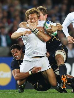 Jonny Wilkinson, da Inglaterra, recebe tackle durante a partida contra Escócia na Copa do Mundo de Rúgbi, disputada em outubro
