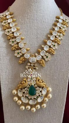 Indian Gold Necklace, Indian Jewelry, Antique Necklace, Gold Jewellery Design, Silver Jewellery, White Gold Jewelry, Jewelry Sets, Jewelry Accessories, Jewelry Necklaces