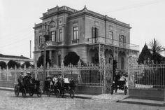 A foto mostra Alberto Santos Dumont, o pai da aviação, e sua família. E ele está a bordo de um Peugeot de 3,5 cavalos e 2 cilindros. Acredita-se que a imagem tenha sido feita em 1900. Mas o carro chegou à cidade em 1891, quando Santos Dumont tinha 18 anos e, depois de uma temporada em Paris, encantou-se com essas gerigonças estranhas à época. Quando voltou ao Brasil, mandou embarcar o trambolho no navio. O automóvel de Santos Dumont foi o primeiro a andar pelas ruas de São Paulo.