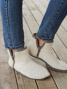 These slippers boast a stylish cuff (fold it down for a relaxed look), seamless construction and an extra-comfy double-knit sole. A simple crocheted border around the sole adds style and structure. Knit with bulky-weight wool yarn using U. Annie's Crochet, Crochet Boots, Crochet Crafts, Easy Crochet, Sweater Knitting Patterns, Knitting Socks, Knit Patterns, Double Knitting Patterns, Knitting Machine