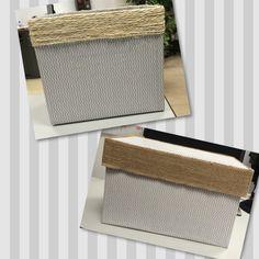 Cajas de cartón forradas con papel de regalo y adornadas con cuerda y arpillera