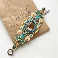 Пока я ожидаю, когда принесут мой обед, покажу ка я вам браслет. Он давно уже радует заказчицу, а у меня только сейчас руки дошли его выложить #handmade #soutache #мастерскаяsoutache #сутажныеукрашения #сутажныйбраслет Soutache Bracelet, Soutache Jewelry, Beaded Jewelry, Jewelry Bracelets, Shibori, Soutache Tutorial, Embroidery Bracelets, Costume Necklaces, Textile Jewelry