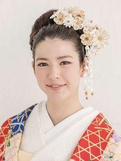 小さな正方形の布をピンセットのようなものでつまんで作る、つまみかんざし。房のような「下がり」には鈴があしらわれ、動くたびに、軽やかな音を鳴ら... Korean Hairstyles Women, Asian Men Hairstyle, Japanese Hairstyles, Asian Hairstyles, Men Hairstyles, Asian Eye Makeup, Wedding Kimono, Asian Eyes, Wavy Bobs