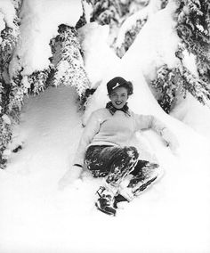 Andre de Dienes - Marilyn Monroe (then still Norma Jeane) - December 1945 - Mount Hood, Oregon Portland, Mount Hood Oregon, Rock And Roll, Young Marilyn Monroe, Rare Images, Vintage Images, Winter Photos, Norma Jeane, Old Hollywood