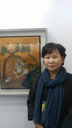 """Minhwa painter Kim Ae-ja poses for a photo after an interview with Yonhap News Agency at """"K-MINAF,"""" Korea's first Minhwa-only art fair at the Seoul Trade Exhibition Center (SETEC), southern Seoul, on May 4, 2017. (Yonhap)"""