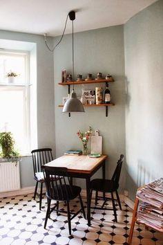 床の柄を上手く活かした、センスあふれるコーディネート。壁の色も海外っぽい!