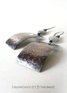 Fascinationstreet B-handmade: Orecchini in rame, texture e quarzo grigio / Copper earrings, texture and grey quartz beads