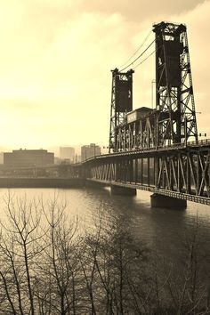 Steel Bridge ~ has vertical lift for boat traffic ~ takes us into north industrial area of downtown ~ Amtrak & Portland Max light-rail uses it to leave downtown