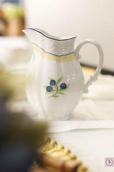 Para compor a mesa, coleção berry da Theodora Home que estamos apaixonadas. No café da manhã, usamos os pratos de sobremesa, o bule para chá, a leiteira, o saleiro, pimenteiro e as xícaras de chá. As travessas foram usadas com frutas no buffet e coleção ainda conta com pratos rasos e de sobremesa.