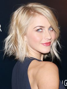 Julianne Hough with a Wavy, razored bob. Looking for a way to some life to your fine hair? It's the cut, styling and products. Get the insider DIY how to tips to these 13 haircuts for fine hair. Julienne Hough, Julianne Hough Short Hair, Medium Hair Styles, Short Hair Styles, Hair Medium, Corte Long Bob, Thin Wavy Hair, Curly Hair, Beauté Blonde