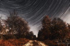 Startrails nad mostem w Tuczępach.  Pozorny ruch gwiazd sfotografowany niedaleko rzeki Sinicy w gminie Tuczępy. Leśna dróżka i most dodały zdjęciu klimatu.