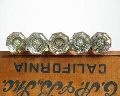 Pomoli in vetro antico con le manopole di di RiverHouseDesigns