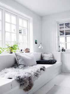 Minimalist Living Room Design Ideas For A Stunning Modern Home Home Living Room, Living Room Designs, Living Spaces, Banquette, Scandinavian Home, Minimalist Living, Beautiful Interiors, Interiores Design, Home Decor