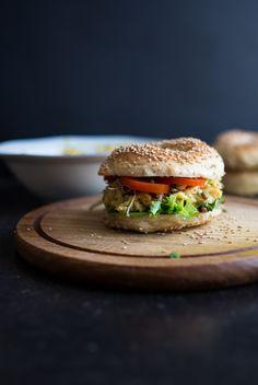 Heute gibt es ein Rezept das sich perfekt für einen Grillabend im Sommer eignet. Sesam-Bagel mit veganem Eiersalat - ganz ohne Eier.