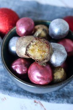 Konfekt Med Baileys Og Marcipan - Spiselige Julekugler - Juleslik - Lækre konfektkugler, som smager herligt og er flotte at se på. De ligner små julekugler og tager ingen tid at lave. De er rørt med Baileys, så de er samtidig også super som værtindegave i et flot glas. Hvem elsker ikke hjemmelavet konfekt? Jeg gør i hvert fald! #Slik #Konfekt #Marcipan #Jul #Chokolade #Baileys Christmas Snacks, Homemade Candies, Baileys, Marzipan, Confectionery, Fudge, Food And Drink, Sweets, Candy