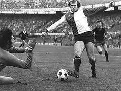 Theo de Jong. Misschien alweer een wat vergeten voetballer, maar maakte deel uit van een legendarisch middenveld in het succesjaar 1974, met Wim Jansen en Willem van Hanegem. Scoorde zowel in de kampioenswedstrijd tegen FC Twente als in de uitwedstrijd van de UEFA-cup finale tegen Tottenham Hotspur.