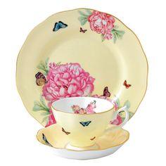 """ミランダ・カーがデザインの段階からすべての工程に携わった、美しく彩られたコレクション。牡丹の花と蝶をモチーフにした""""フレンドシップ""""のパターンをバターミルク色に染め、蝶の形をした花束を中央部(カップの内側)に添えたパターンです。(ロイヤルアルバートの商品には、ショッピングバッグは付きません。)"""