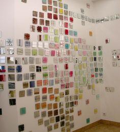"""les petits carreaux: installations de 4OO miroirs """"brodeurs d'espace"""" (miroirs et fils colorés)"""