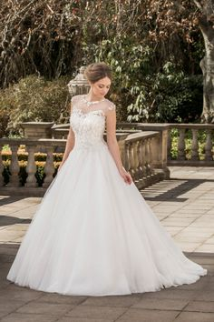 Elegant illusion neckline by @RozlaKelin