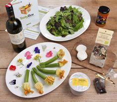 So bunt und außergewöhnlich war die TastyBox in Juni'12: Essbare Blüten, Mischpilzrisotto, cremiger Ziegenfrischkäse, Zucchiniblüten und und und....