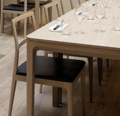 Cosh dining table