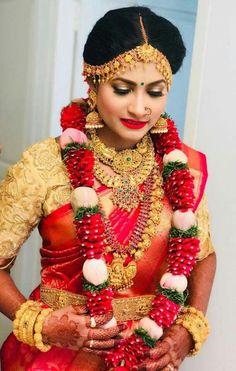 Luv her.. #bridaljewellerygirls Asian Bride, South Indian Bride, Indian Bridal Makeup, Bridal Beauty, Saree Wedding, Wedding Bride, Wedding Bells, Flower Garland Wedding, Wedding Garlands