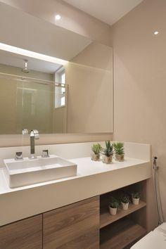 : Banheiros modernos por Paula Müller Arquitetura e Design de Interiores Bathroom Design Luxury, Modern Bathroom Design, Home Room Design, Home Interior Design, Washbasin Design, Bathroom Furniture, Bathroom Inspiration, Small Bathroom, House Styles