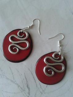 Boucles d'oreilles en graine de Tagua ou ivoire végétal teintée rouge / Red earrings in Tagua nut or vegetable ivory