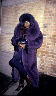 Grace Jones devant son restaurant La Vie en Rose en janvier 1987. TU CRAINS SUR LE CHAMP DE NE SURVIVRE NI À CE TROMBLON, NI À SA CUISINE...