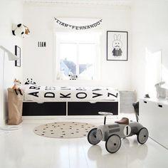 Chambre d'enfant en noir et blanc lumineuse