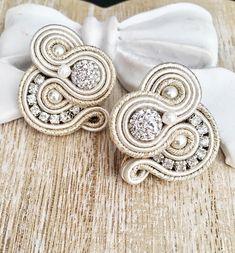 Bright Stones #brightness #higlights #soutache #soutachelovers #soutacheearrings #handmadejewelry #handmadewithlove #handmadeearrings… Earrings Handmade, Handmade Jewelry, Earring Trends, Soutache Jewelry, Fabric Jewelry, Shibori, Jewelery, Embroidery, Beads