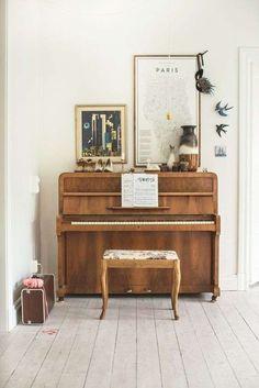 Des cadres, des vases, des figurines, des fleurs… décorer le dessus de votre piano droit peut se révéler une belle idée pour qu'il s'intègre facilement dans la pièce.