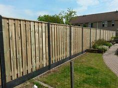 Hout beton schutting met antraciet semi gladde palen voorzien van 21-planks schermen