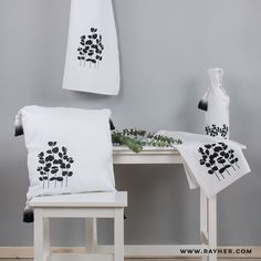 Monochrome Love oder Scandinavian Chic - wir lieben es!  #diy #rayher #textil #canvas #selbstgemacht #schablone #textilfarbe #monochrom #scandi #interior #eukalyptus Monochrom, Textiles, Canvas, Home Decor, Birthdays, Stencils, Homemade, Tela, Decoration Home