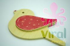 Ξύλινη φιγούρα μπομπονιέρας ή λαμπάδας Πουλάκι με Ροζ φτερό, από πραγματικό ξύλο και όχι απομίμηση.
