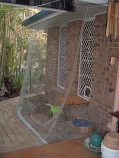 Here's a simple method for creating an effective outdoor cat fence enclosure… Diy Cat Enclosure, Outdoor Cat Enclosure, Reptile Enclosure, Cat Fence, Cat Cages, Cat Playground, Cat Condo, Outdoor Cats, Space Cat