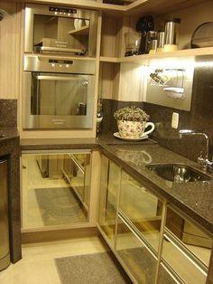 Torre de eletros... #maravilhosa essa cozinha vidro espelhada
