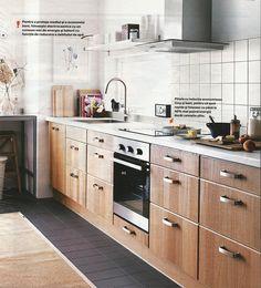 """Scan dintr-o pagina de catalog Ikea 2014. Ne place culoarea corpurilor de bucatarie, poate combinate cu dulapioare de culoare deschisa montate sus. Ne place stilul manerelor. Blatul este """"discutabil""""."""