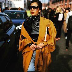 """15 curtidas, 1 comentários - Cláudia Manhães (@cmmanhaes) no Instagram: """"Desfile @Gucci hoje! Ombros caídos em quase todos os looks de Street Style! #mfw2017 #streetstyle…"""""""