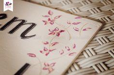 Placa Lá vem a noiva - Modelo Lily - Lotus Ateliê