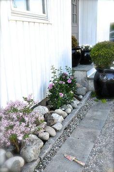 Idee für Drainage am Haus DIY Garden Yard Art When growing your own lawn yard art, recycled and up c Back Gardens, Small Gardens, Outdoor Gardens, Cottage Garden Design, Diy Garden Decor, Garden Paths, Garden Landscaping, Flower Beds, Dream Garden