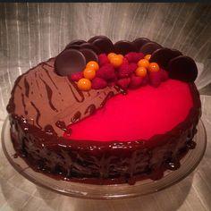"""""""#Gelekake med #jordbærmousse #kake #bake #bakeglede #choclate #chokoladeganache #bakemag #nrkmat #sotesaker #hjemmebakt #møllerens  #sugar #sugarhit…"""""""
