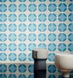 €27,90 Precio por rollo (por m2 €5,23), I love the 70s , Material base: Papel pintado TNT, Superficie: Efecto de alivio táctil, Aspecto: Patrón mate, Superficie base reluciente, Diseño: Elementos geométricos, Patrones redondos, Color base: Blanco grisáceo, Color del patrón: Azul verdoso, Gris luminoso, Azul pastel, Características: Buena resistencia a la luz, Difícilmente inflamable, Fácil de desprender en seco, Encolar la pared, Resistente al lavado
