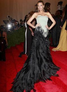A atriz Blake Lively investiu num longo poderoso da Gucci CARLO ALLEGRI / REUTERS.