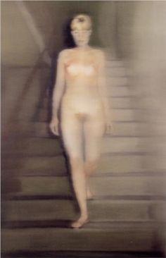 Eine junge Frau, blond und nackt, schreitet die Treppe herab. Das Gemälde wirkt wie eine unscharfe, überbelichtete Fotografie. Es könnte ein Traum sein, eine Halluzination. Dieses Bild heißt es Ema (Akt auf einer Treppe) und stammt von Gerhard Richter.